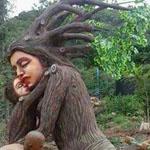 تمثال منحوت من الخشب .. لمنع قطع الاشجار .. فن وابداع