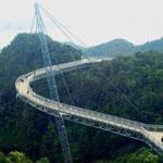 جسر السماء في ماليزيا يربط بين جبلين ...