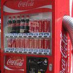روبوت يببع الكوكاكولا للجمهور في اليابان