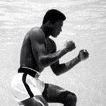 صورة لمحمد علي كلاى و هو يتدرب تحت الماء في ميامي عام 1961م !