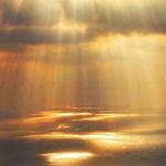 عندما تتعانق اشعة الشمس مع هدوء البحر