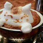 فنان ياباني متخصص في قهوة اللاتيه ولكن بطريقة مختلفة وإبداعية.