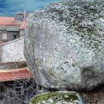 صخرة كبيرة في هذه القرية الجميلة مونس...