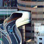 طريق بين الابنية في اوساكا  اليابان.....