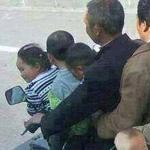 الصوره كلها كوم و الولد الصغير اللي محطوط ب (( علبه دهان )) كوم