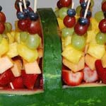 باقة من الفواكهة مزينة بشكل جميل