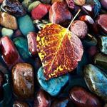أحجار طبيعية ملونة