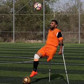 عكازات.. لاعبون في غزة  يتحدون الإعاقة ويمارسون كرة القدم