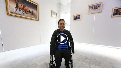 الشاب المعجزة.. تحد ى الإعاقة أبدع في رسم لوحاته