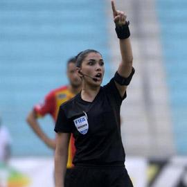 بالصور: أول امرأة حكم في تونس تدير مباراة كرة قدم للرجال
