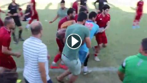 بالفيديو: وفاة مدرب فريق مصري على أرض الملعب.. وانهيار نجله واللاعبين