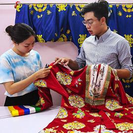 فيتنامي يجذب الشباب بأزياء من الحقبة الامبراطورية صممها بلمسة عصرية