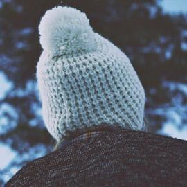 لماذا توضع الـ(بوم بوم) على القبعات؟ هل هي موضة أم تقليد؟