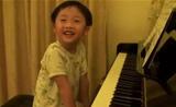 طفل بعمر 4 سنوات يحترف عزف البيانو