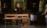 قطع وقص امرأة ابمساعدة أحدالجمهور