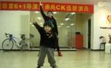 موهبة طفل آسيوي في الرقص جدا لطيف وممتع