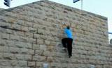 موهبة قفز وتسلق دون إستخدام أية معدات على المباني و الجدران