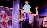 كريس انجل يرفع فتى في الهواء