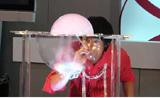 فرحة الأطفال لا توصف بسحر البالونات والدخان