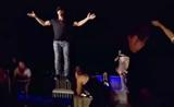 كريس انجل يبهر الحضور بالتحليق من فوق الكرسي