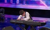 طفل عبقري يعزف البيانو