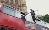 ساحر  يذهل المارة في شوارع لندن