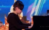 معجزة البيانو يعزف وهو معصب العينين